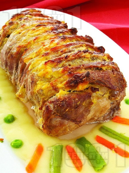 Вкусно пълнено свинско контрафиле (филе) ветрило с пушено сирене и горчица печено на фурна под фолио - снимка на рецептата